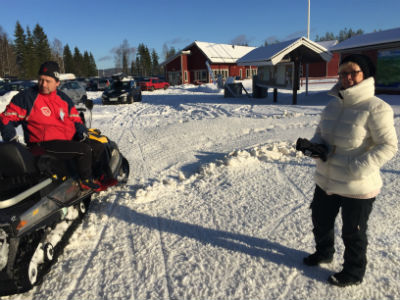 Lennart på skoter och mamma bredvid - på Kalhyttan